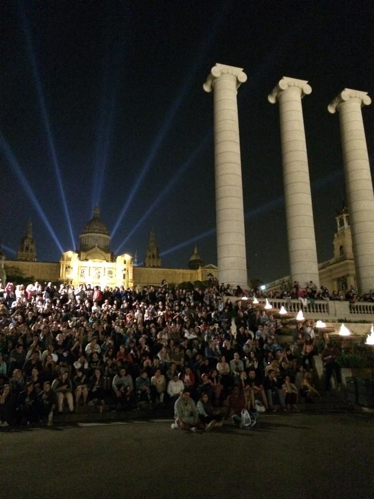 Montjuic, publiken väntar på att de magiska fontänerna ska börja!