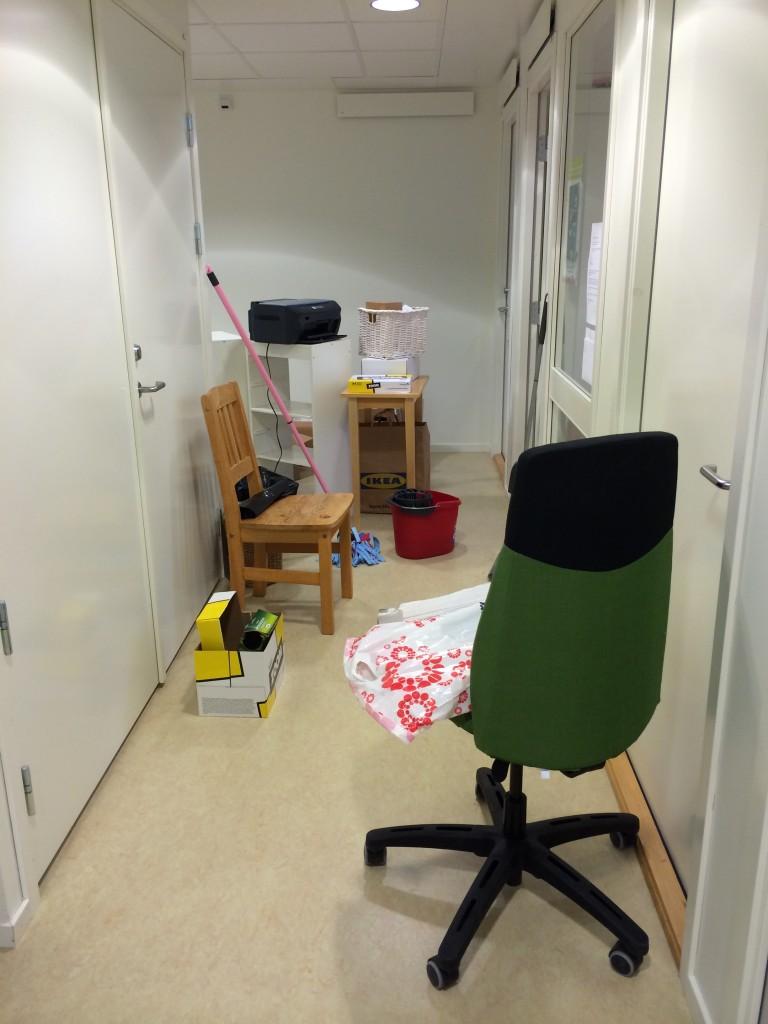 Alla möbler ute i korridoren! Hur kan man samla på sig så mycket?!
