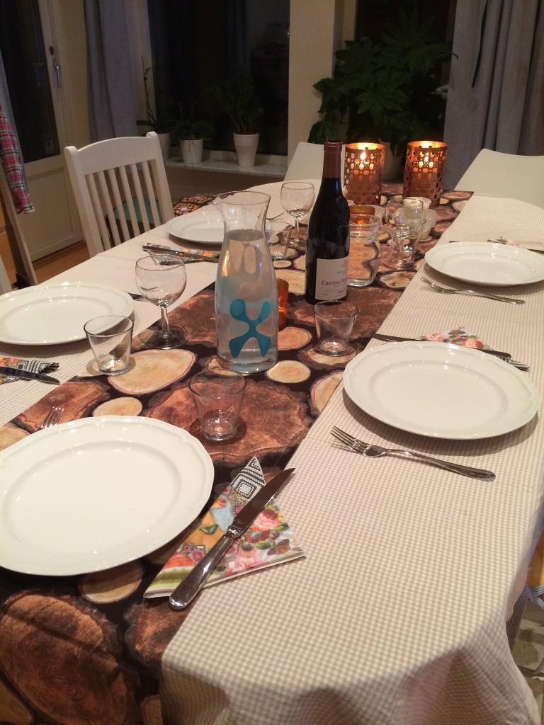 Röj matbordet och duka fint idag!