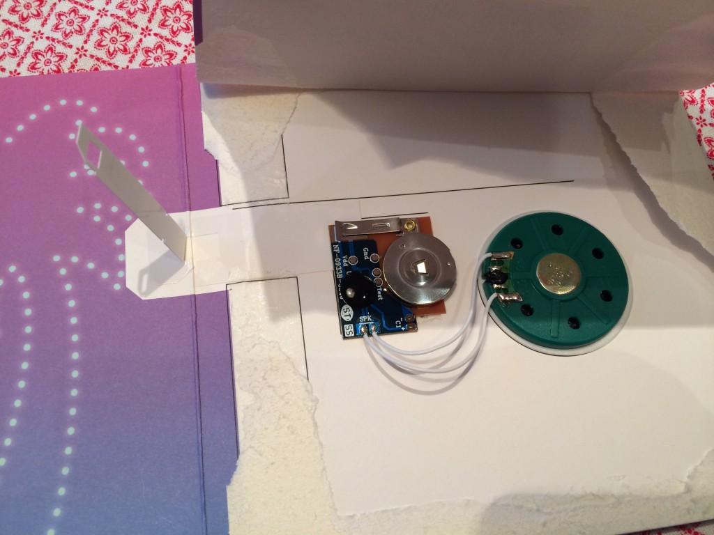 Så mycket elektronik i ett Grattis-kort!