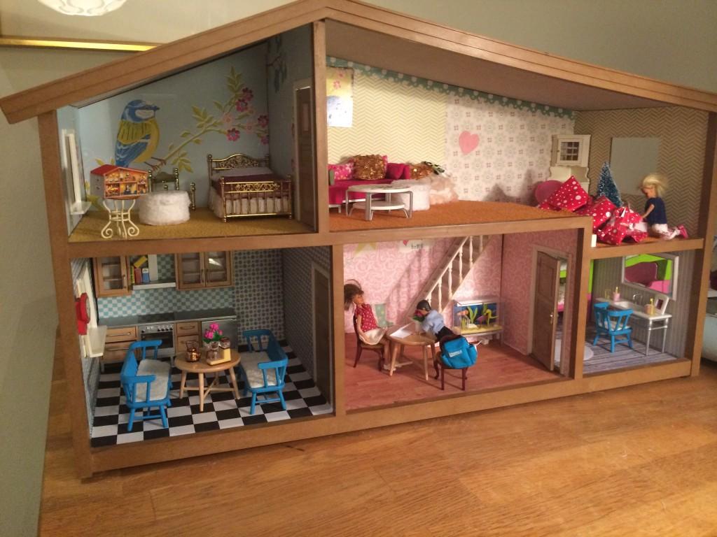 Familjen har flyttat in i den nyrenoverade villan!