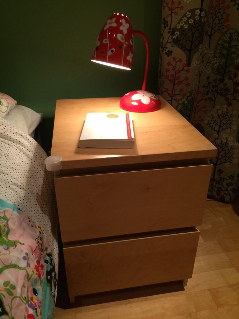 Nattduksbordet efter - med Marie Kondos bok Konsten att städa som jag läser nu!